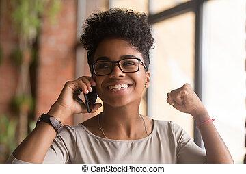 over, goed, klesten, telefoneer vrouw, afrikaan, nieuws, aangeslagen gelukkig