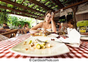 overeating, mulher olha, tabela, retrato, pratos, vazio