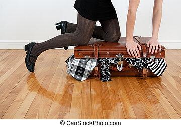 overfilled, embalaje, mujer, maleta