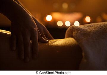 overhandiig massage, van, back, met, oil., burning, kaarsjes, op achtergrond, dichtbij, zinken