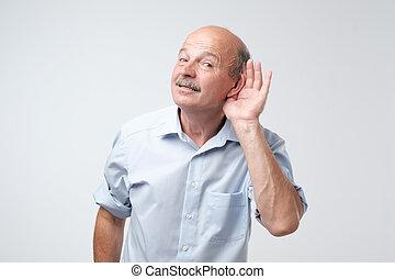 overhears, konversation, concept., behaga, tillfällig, senior, bakgrund., loudly, stående, vit, man, över, tala