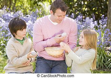 ovos, pai, dois, olhando jovem, ao ar livre, sorrindo, páscoa, crianças