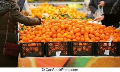 owoc, wybierając, supermarket, ludzie