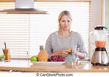 owoce, kobieta, przygotowując, mikser