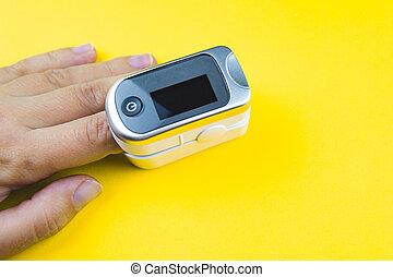 oximeter, fondo., mujer, dedo, pulso, mano, amarillo