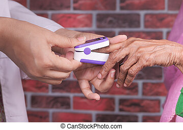 oximeter, pulso, utilizar, mano, mujeres, 3º edad