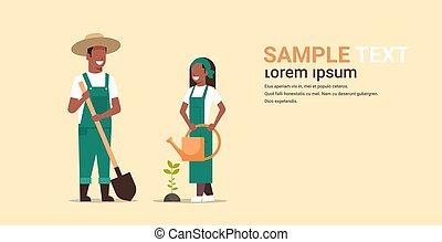 pá, jardinagem, conceito, agrícola, plantar, trabalhando, agricultores, aguando, americano, segurando, mulher, jardim, par, jardineiros, horizontais, cópia, homem, cheio, espaço, árvore, comprimento, lata, africano