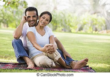 párosít, ülés, szabadban, dísztér, mosolygós, (selective, focus)