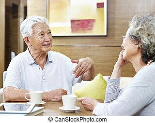 párosít, beszélgetés, ázsiai, otthon, idősebb ember, birtoklás