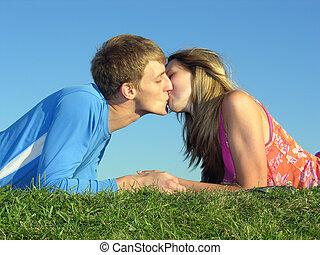 párosít, csókol