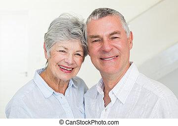 párosít, fényképezőgép, nyugdíjas, mosolyog vidám