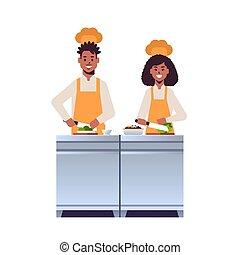 párosít, friss, egyenruha, növényi, ember, munkás, szakács, afrikai, lakás, fogalom, tele, bizottság, élelmiszer, konyhafőnökök, főzés, profi, előkészítő, étterem, saláta, hosszúság, woman faragás, vaskos, amerikai
