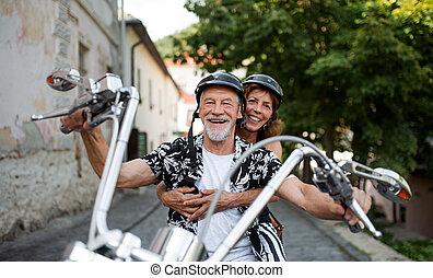 párosít, idősebb ember, jókedvű, motorkerékpár, mozgó...