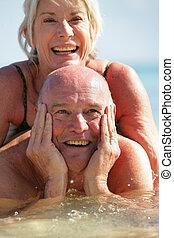 párosít, idősebb ember, tenger, úszás