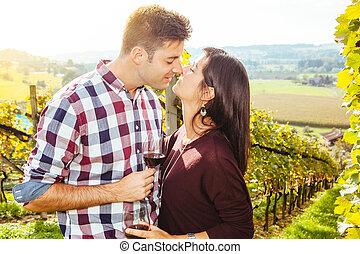 párosít, ivás, és, csókolózás, alatt, egy, szőlőskert