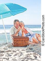 párosít, tengerpart, öregedő, picniking