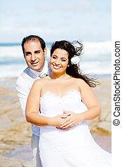 párosít, tengerpart, newlywed, boldog