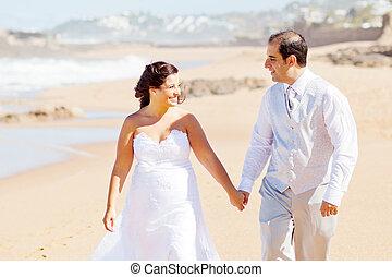 párosít, tengerpart, newlywed, gyalogló