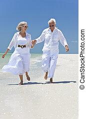 párosít, tropikus, futás, hatalom kezezés, idősebb ember, tengerpart, boldog