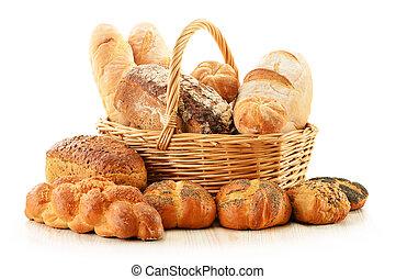 pão, e, rolos, em, cesta feito vime, isolado, branco