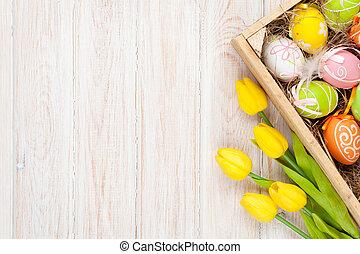 påsk, bakgrund, med, färgrik, ägg, och, gul, tulpaner
