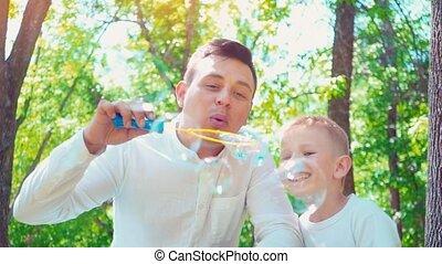 père, à, sien, fils, bulles soufflement savon, amusement, famille, passe-temps, a, enfant, amusant, à, sien, papa