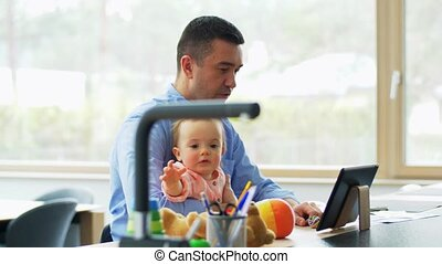 père, bébé, fonctionnement, maison, pc, tablette