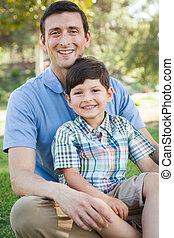 père, ensemble, fils, course, mélangé, jouer, park.
