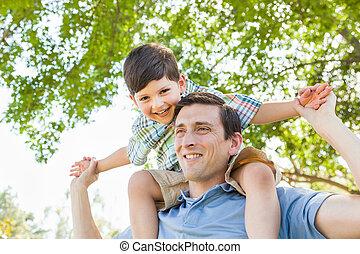 père, ensemble, fils, ferroutage, course, mélangé, jouer, park.