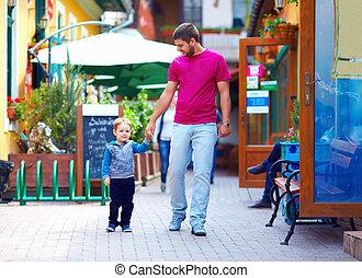 père, et, dorlotez garçon, marche, ville, rue