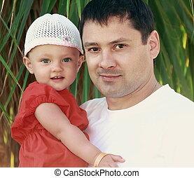 père, et, heureux, dorlotez fille, sur, nature, vert, arrière-plan., closeup, portrait, de, amour, famille