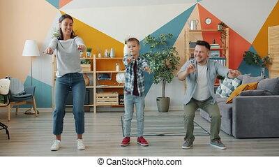 père, exercices, physique, s'accroupit, mère, fils, apprécier, ensemble, sourire