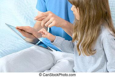 père, fille, jouer, tablette, numérique