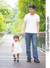 père fille, tenant mains, marche