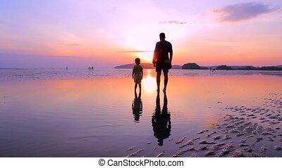 père, fils, plage