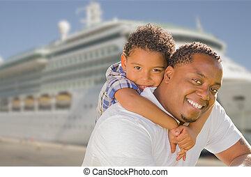 père, fils, race mélangée, croisière, devant, bateau