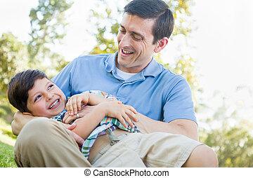 père, jeune, chatouiller, park., fils, aimer