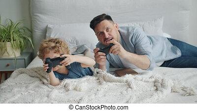 père, lit, boutons, jeu, urgent, vidéo, enfant, maison, ...