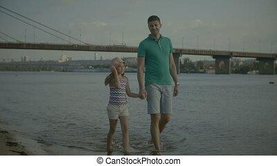 père, marche, plage, fille, insouciant