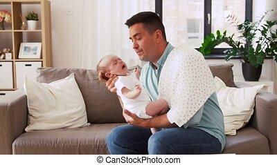 père, milieu, bébé pleurant, maison, vieilli