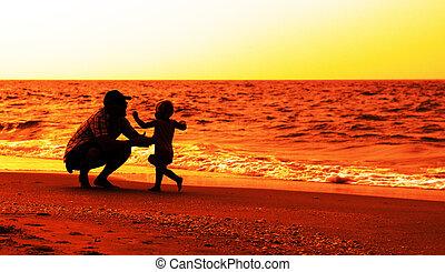 père, plage, fille, coucher soleil, jouer