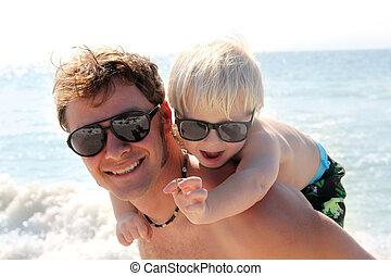 père, porter, heureux, enfant, sur, piggy dos, sur, plage, par, océan