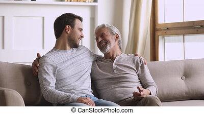 père, rire, sofa, plus vieux, heureux, fils, conversation, adulte