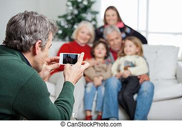 père, smartphone, par, photographier, famille