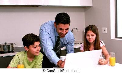 père, utilisation, les, ordinateur portable, à, sien, c