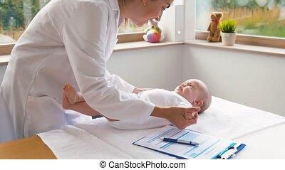 pédiatre, bébé, docteur, femme, clinique