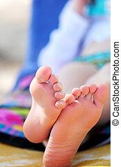 pés, arenoso