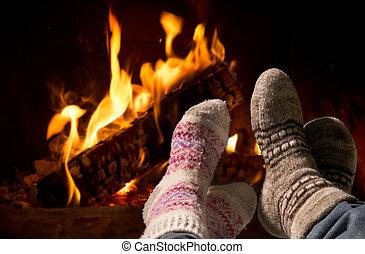 pés, em, lã, meias, warming, em, a, lareira