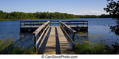 pêchant quai, dans, lac bleu