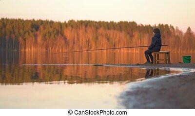 pêche garçon, coucher soleil, lac, peu